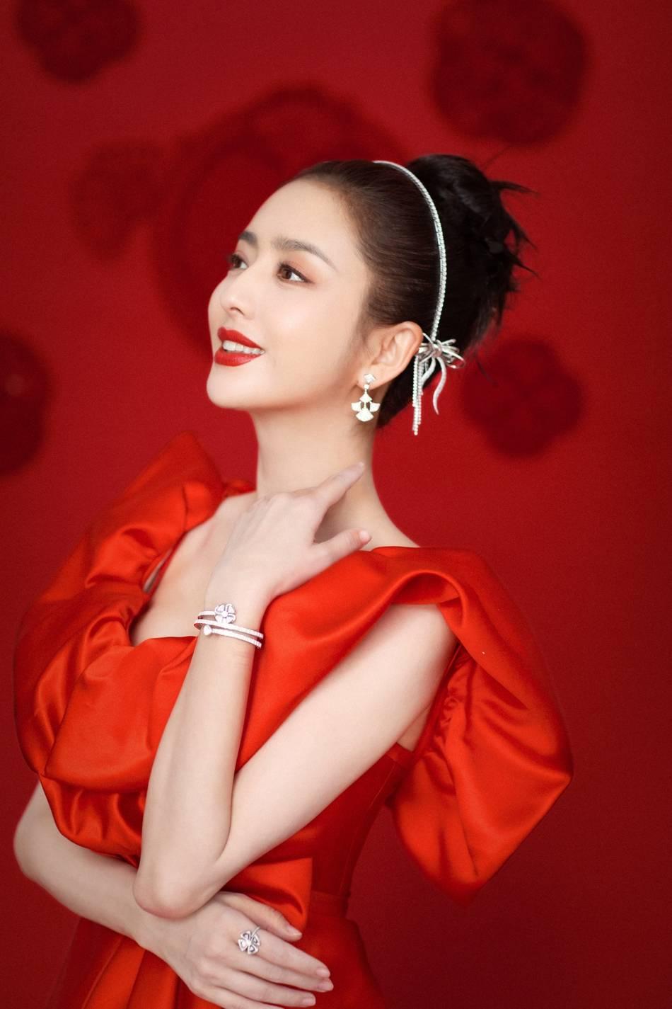 佟丽娅身着红色长裙 优雅大气