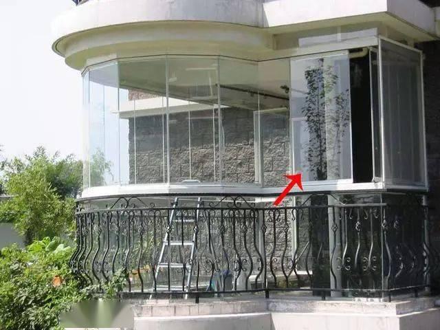 封一半折叠玻璃窗装一半,开放式阳台这样封,物业也不敢多说二字!