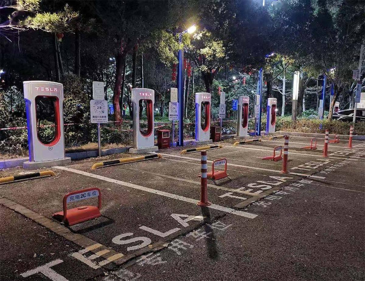 特斯拉上周在3个城市新设了一家充电桩/体验店