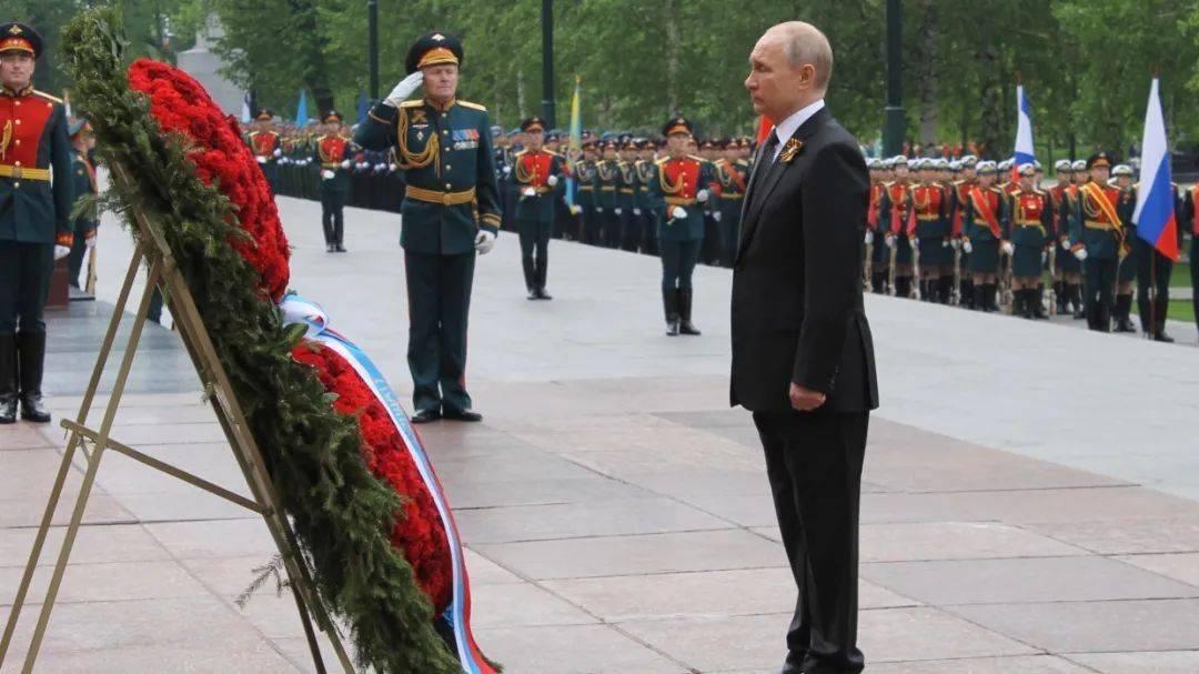 【中俄对照】普京在祖国保卫者日上的讲话