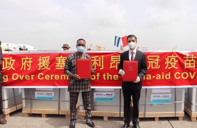 中国援助新冠疫苗运抵塞拉利昂