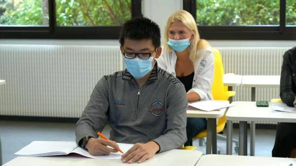 法国疫情二次暴发 他的留学之路有何曲折?