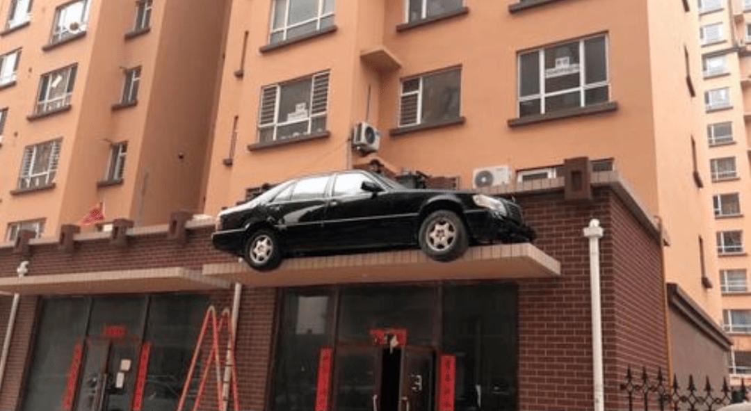 视频疯传!奔驰车停上屋檐!真相哭笑不得…