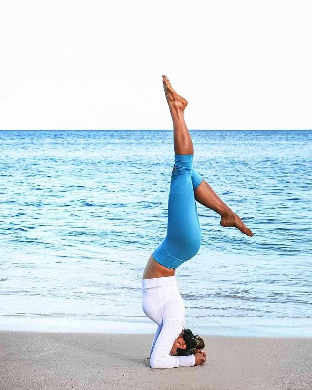 感觉身体被岁月逐渐侵蚀了?每天进行这3组瑜伽体式让你重返青春_运动