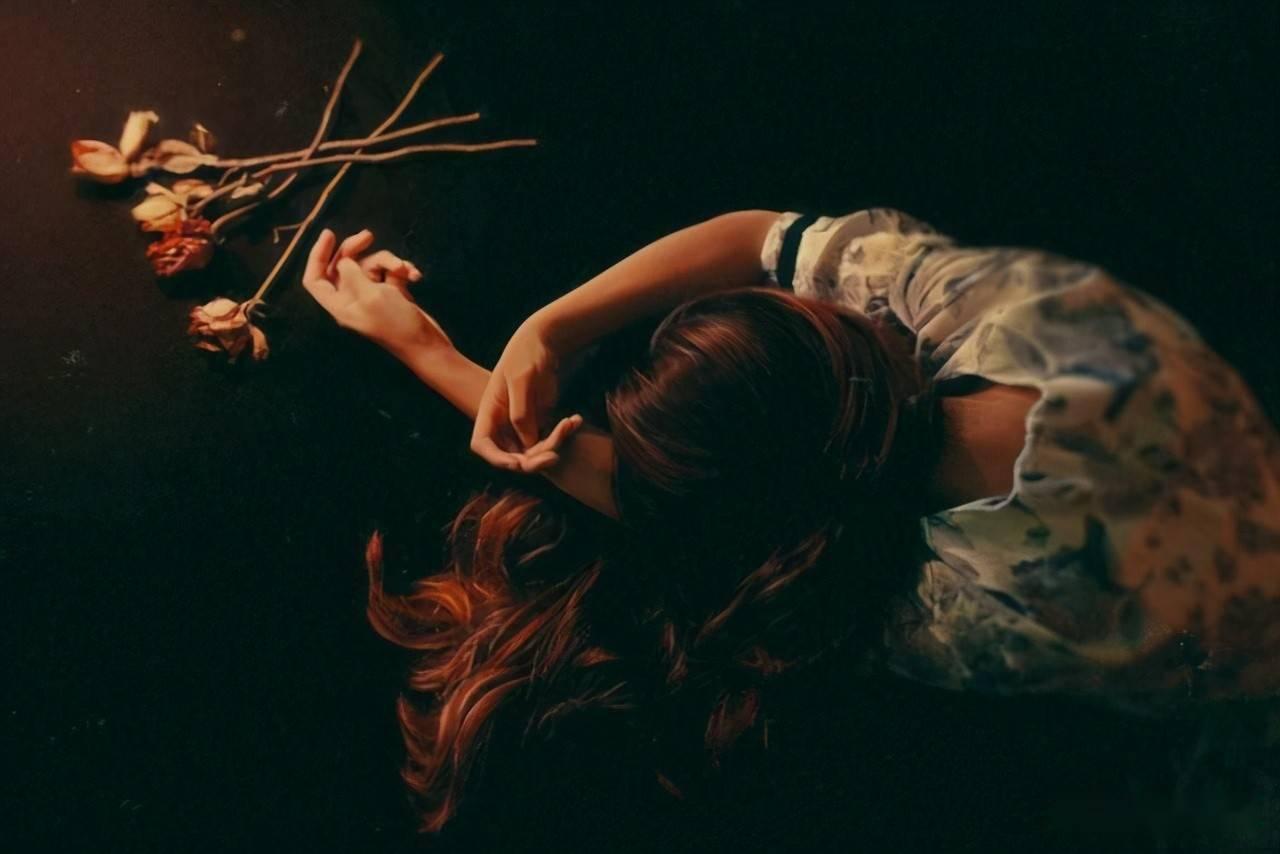 女主人公叫白玫瑰的 女主角红玫瑰的小说