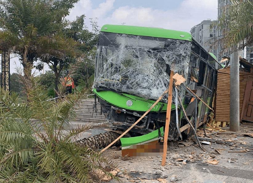 南宁一辆公交车突然失控撞向路边致2人受伤,司机已被控制!最新通报→