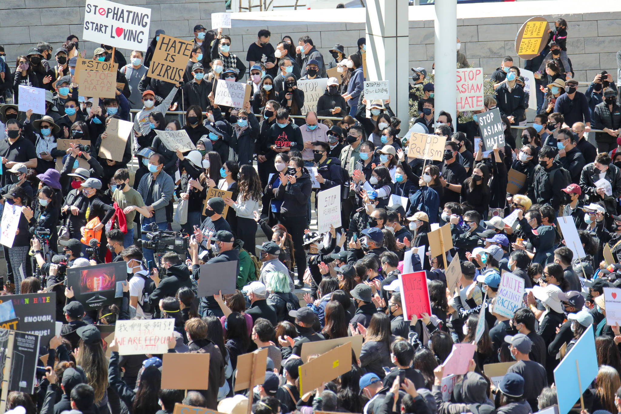 英国旧金山湾区群众聚会强烈抗议对于亚籍的岐视个人行为和憎恨违