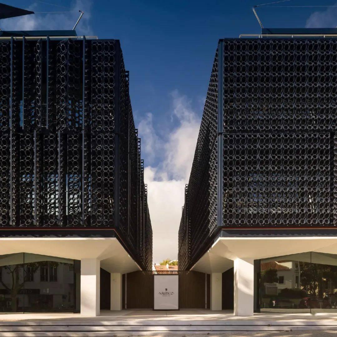 用20,000块陶瓷做外立面的公寓楼,内部却是极简的精装标准