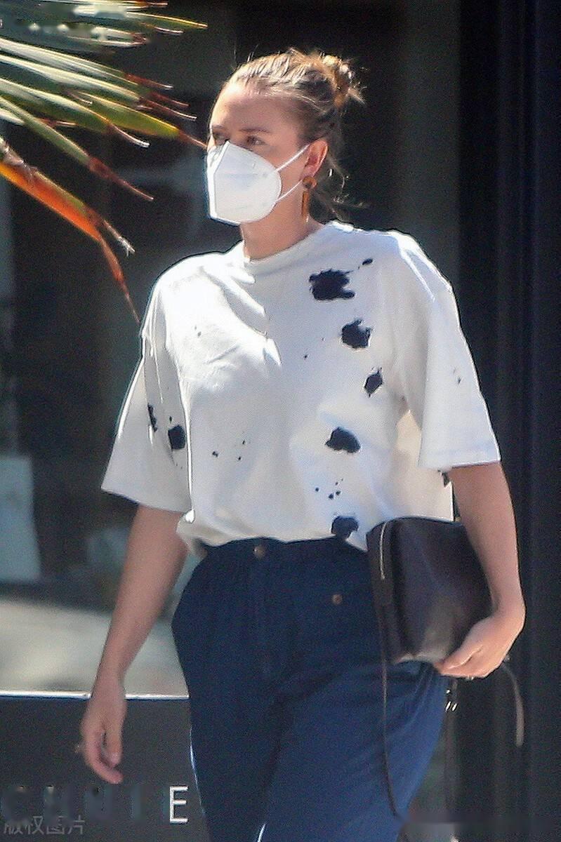 莎拉波娃街拍,泼墨的T恤搭配蓝色长裤简单随性