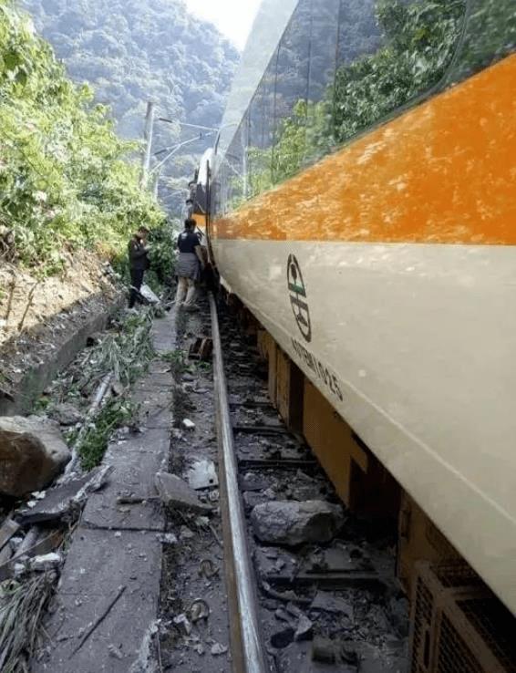 痛心!列车脱轨,罹难人数升至54人