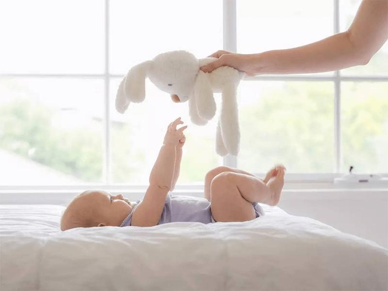 月嫂一直让宝宝两边来回侧睡,宝宝后脑勺比较凸,长长就好了?