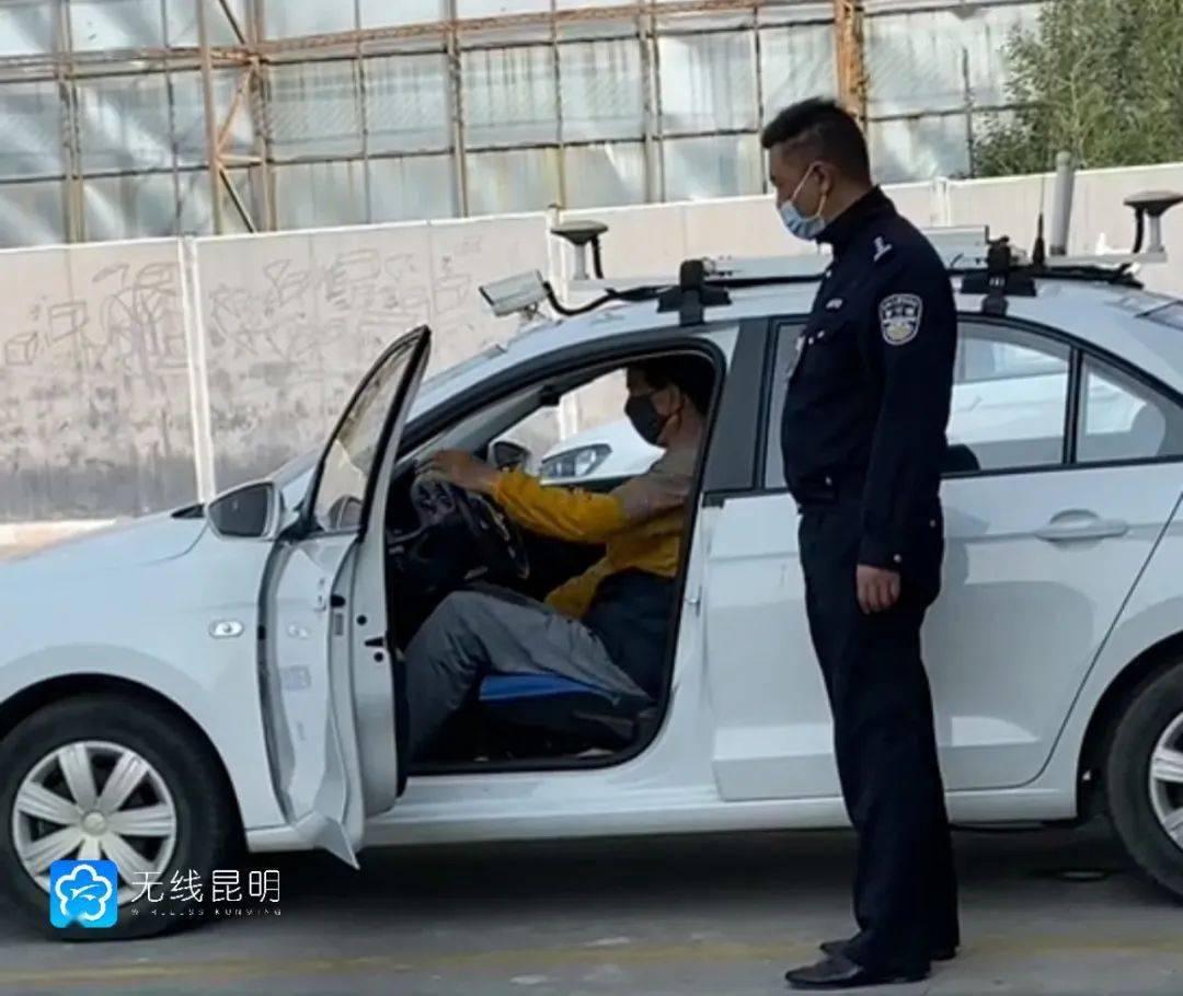 """""""老司机""""来了! 昆明已有一位70岁以上老人拿到驾照"""