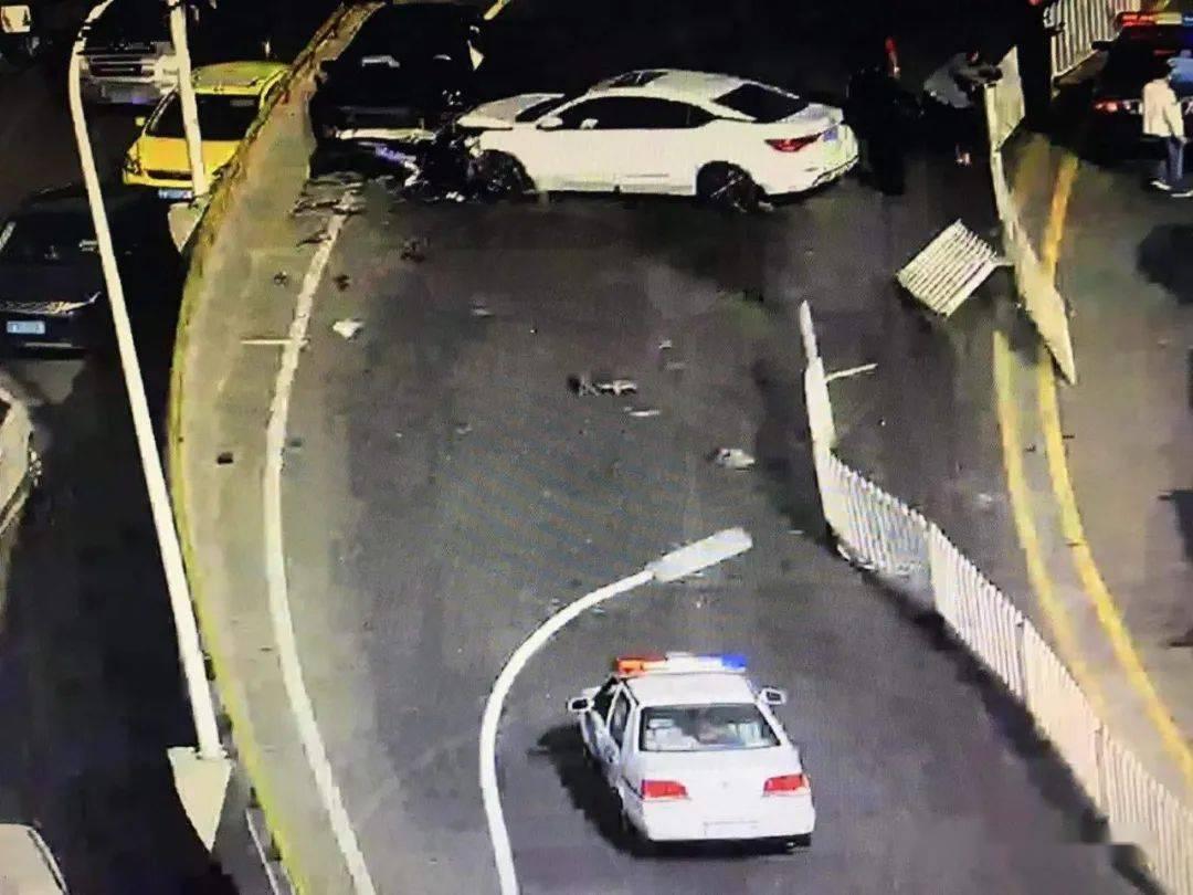 飞来横祸!昆明主城区,一轿车失控撞到对向车辆…