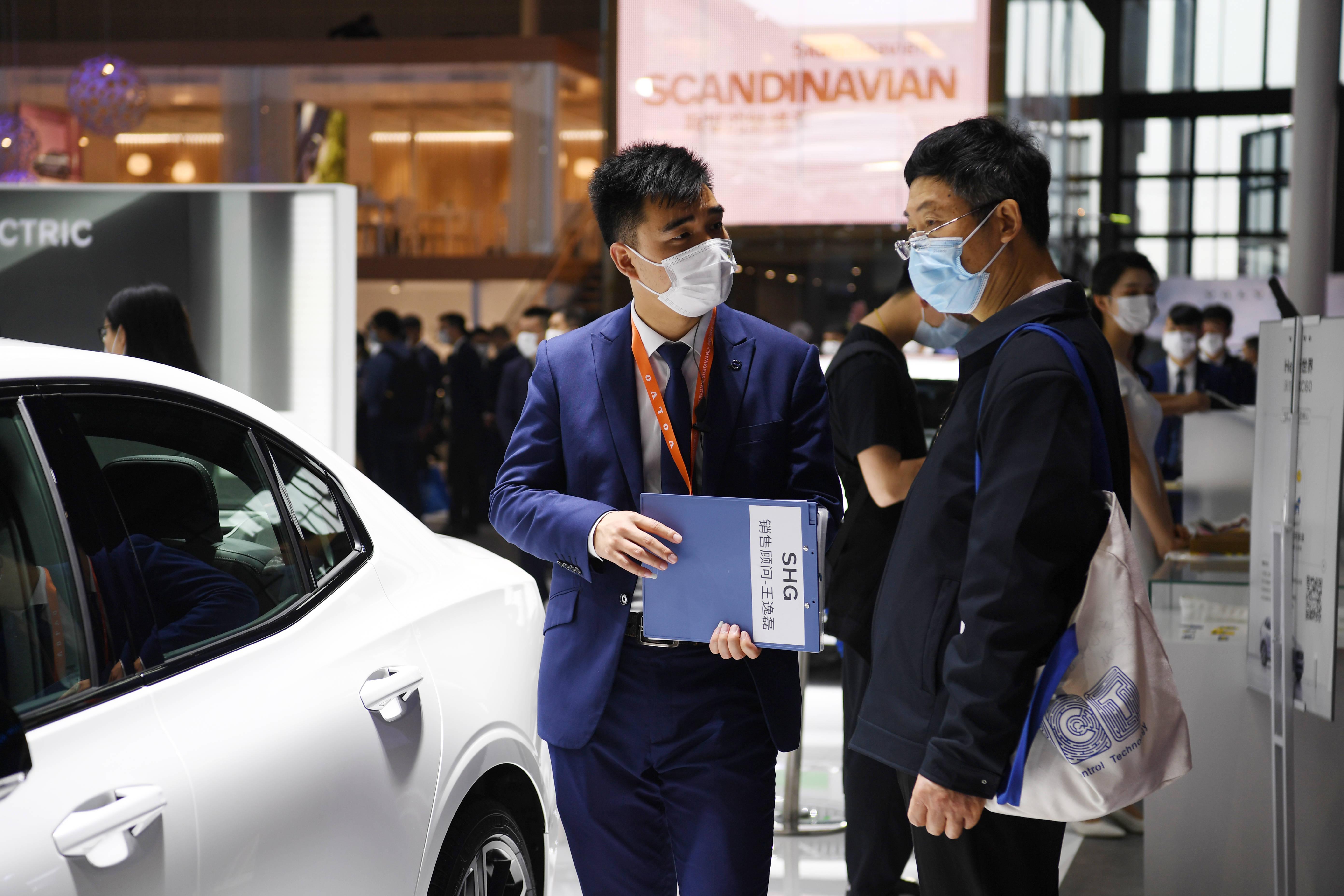 2021上海车展迎来普通公众日 车模为新车造势引围观(图3)