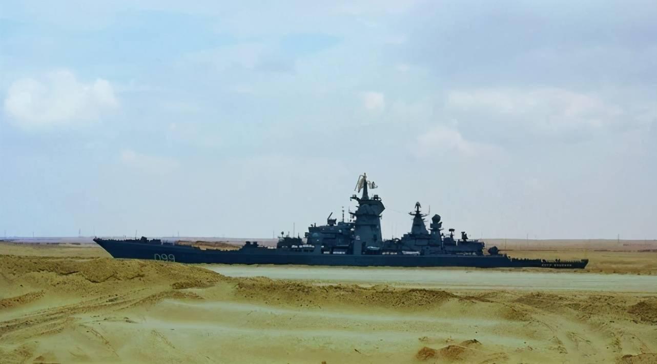 军港起雾,俄军核巡洋舰身躯庞大,如云端仙山,网友直呼海市蜃楼