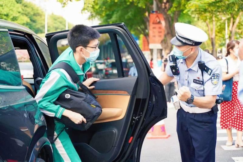 高考首日有送考大巴迷路,广州交警仅用12分钟送达考场