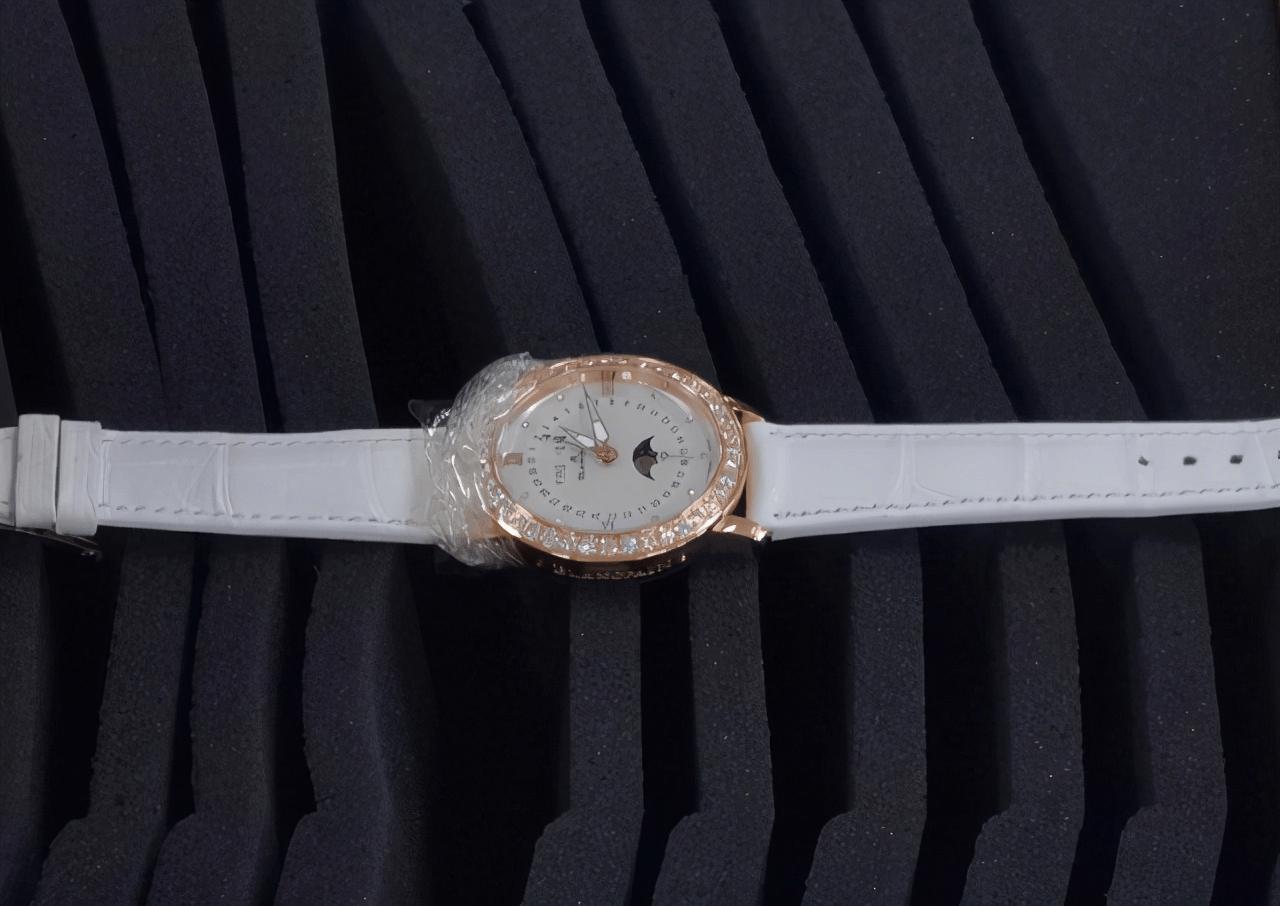 女子试戴手表一个不注意让她赔了17800元