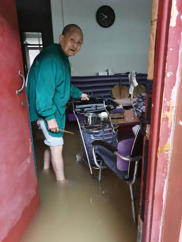 河南新乡一养老院遭河水倒灌:126名老人需要米面油等物资