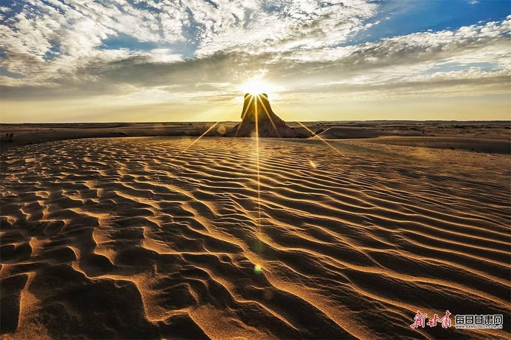 晚霞与大漠相吻 星河与烽燧拥抱 汉长城民勤段的黄昏和夜晚美得不可方物