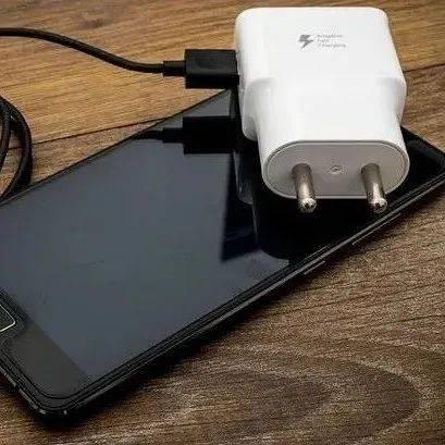欧洲人每年浪费179亿元买手机充电器,现在他们要强制统一充电接口了