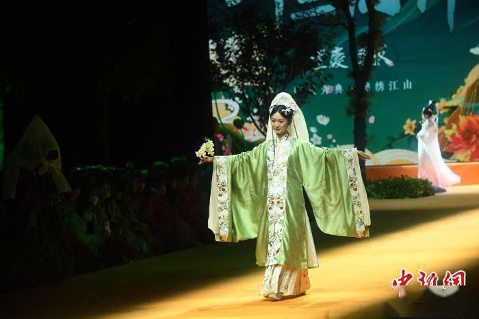 2021中国重庆国际时尚周上演汉服大秀